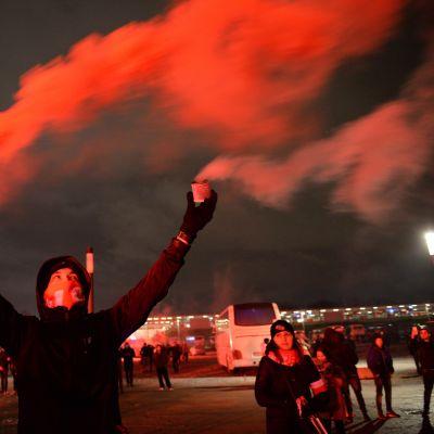 Mielenosoittaja kantoi Varsovassa valoraketteja ja sähikäisiä.