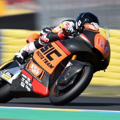 Niki Tuuli moottoripyörän selässä.