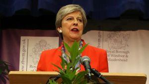 Theresa May håller tal tidigt på morgonen den 9 juni efter att ha säkrat sin plats i parlamentet.