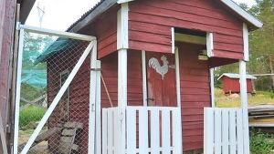 En röd liten stuga.