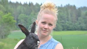 Johanna Johansson håller i en svart kanin.