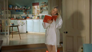Bild på Bridget Jones som skriver i en dagbok.