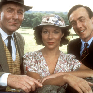 Siegfried (Robert Hardy), James Herriot (Christopher Timothy) ja Helen (Carol Drinkwater) Kaikenkarvaiset ystäväni -sarjassa.