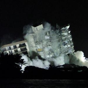 Sent på kvällen den 4 juli sprängdes resten av det olycksrabbade huset i Surfside.