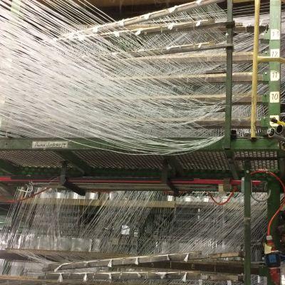 Laminaattikone Exel Compositesin tehtaalla