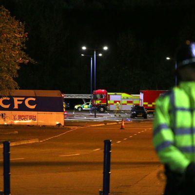 Poliser vid platsen där en helikopter med Leicester Citys ägare kraschade.