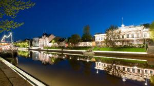 Åbo stadshus vid Aura å i en kvällsvy