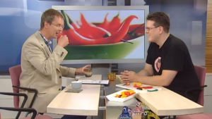 Nicholas Wancke maistaa chiliä.