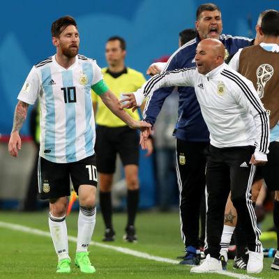 Lionel Messi och Jorge Sampaoli i Argentinas gruppspelsmatch mot Nigeria.