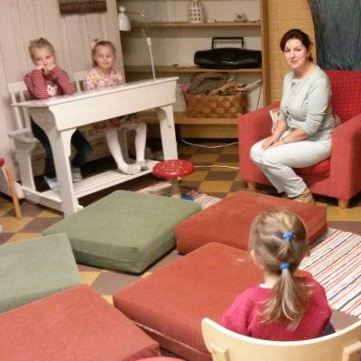 satutunti venäjänkielisille lapsille Lappeenrannan pääkirjastossa. Vetäjänä Irina Krikun.