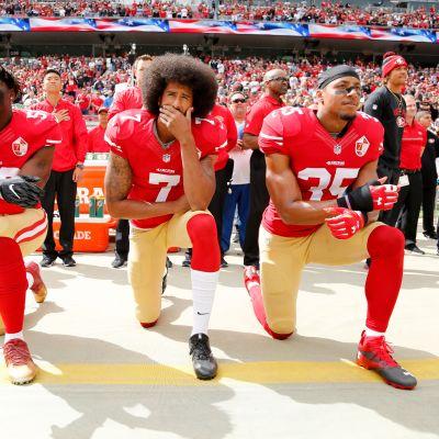 NFL-pelaajat polvistumassa.