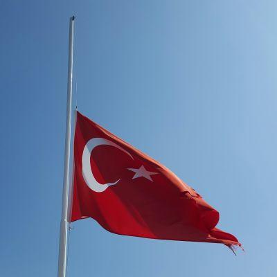 Turkiska flaggan på halvstång.