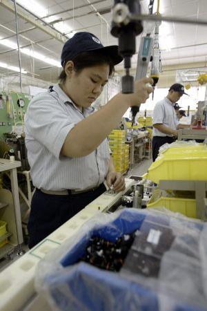 Arbetare monterar komponenter