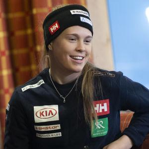Nella Korpio poserar för kameran inför Levis slalomdeltävling i november 2019.