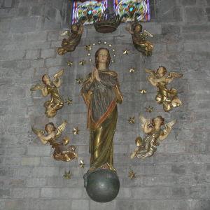 Maria-patsas ympärillään pikkuenkeleita Barcelonan Santa Maria del Mar -katedraalin seinällä.