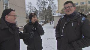 Käpylän koulun pihalla 8-luokkalaiset Niklas ja Leevi pohtivat viikkorahan syvintä olemusta.