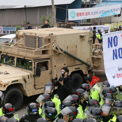 Protester utbröt när Thaadmateriel flyttades till området för missilförsvarssystemet.