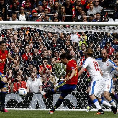 Svettigt i offensiven mot Tjeckien, Spaniens David Silva prövar lyckan.