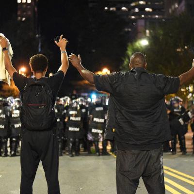 Demonstranter konfronteras av kravallpolis i Charlotte, North Carolina den 22 september 2016.
