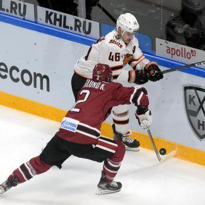 Dinamo Rigas Kristofer Berglund försöker tackla Amurs anfallare Igor Rudenkov.