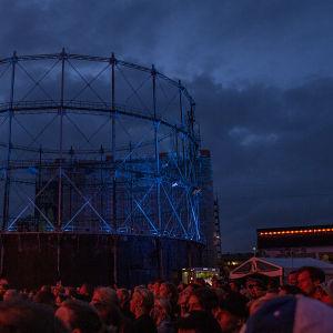 Festivalpublik på natten under flow-festivalen.