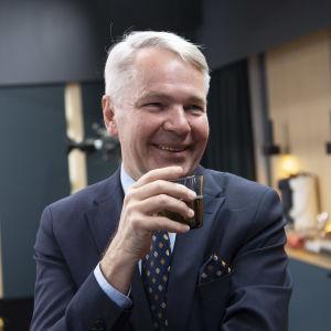 Pekka Haavisto juo kahvia