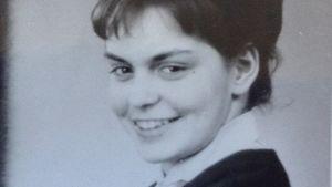 Bild på Vips Wikholm som ung kvinna, ler.