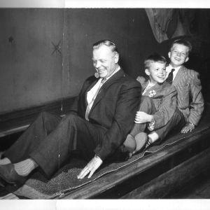 Claes Olsson isänsä ja isoveljensä kanssa Gröna Lundissa