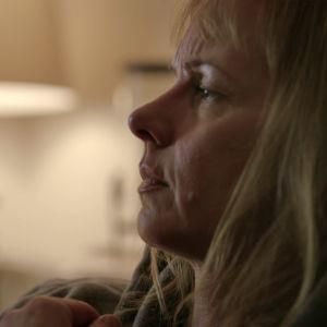 Maria Holmberg i närbild hemma i soffan.