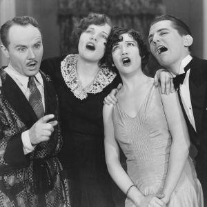 Fyra personer sjunger.