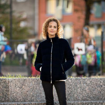 Marokkolais-ranskalainen kirjailija Leila Slimani helsinkiläisessä leikkipuistossa.