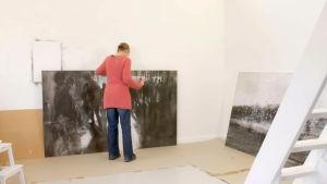 Konstnär Henrika Lax i sin ateljé