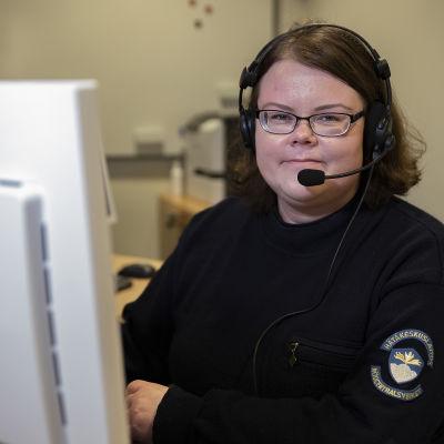Elina Levijoki on valmistunut ensimmäiseltä kaksikieliseltä hätäkeskuspäivystäjäkurssilta Vaasassa