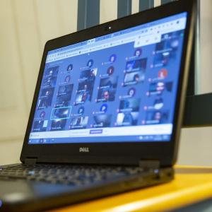 Laptop med bilder på många elever på skärmen. Datorn används vid distansundervisning. (Arkivbild).