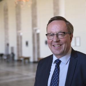 Finansminister Mika Lintilä i riksdagshuset.