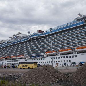 Matkustajalaiva Hernesaaren laiturissa.