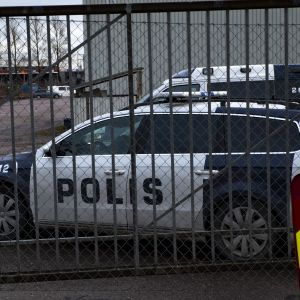 Poliisiautoja Algol Chemicals Oyn pihassa.