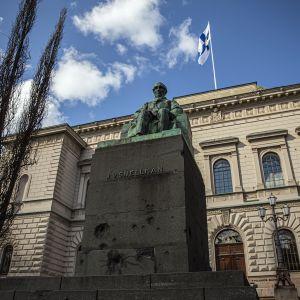 Snellmannin patsas Suomen pankin edessä.