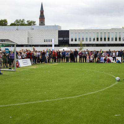 Jan Vapaavuori suorittamassa Helsinki Cupin avaijaispotkua.