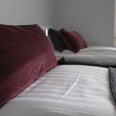 Kahden sängyn makuuhuone.