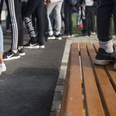 Anonyymi kuva oppilaista alakoulun pihalla.