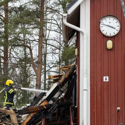 Tulipaloa sammutetaan Valkjärven koululla. Kello on pysähtynyt kymmentä vaille neljään.
