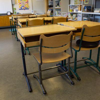 Tyhjä koululuokka korona pandemian aikana.