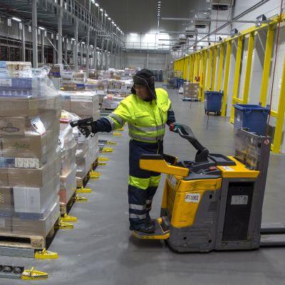 Työntekijä Inex Partnersin logistiikkakeskuksessa.