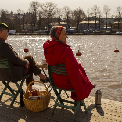 Sunniva Drake istuu kahvilla Hakaniemessä.