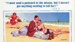 Humoristiskt postkort med svartsjuk kvinna som springer mot sin man som sitter på stranden med snygg bikinibrud i famnen.