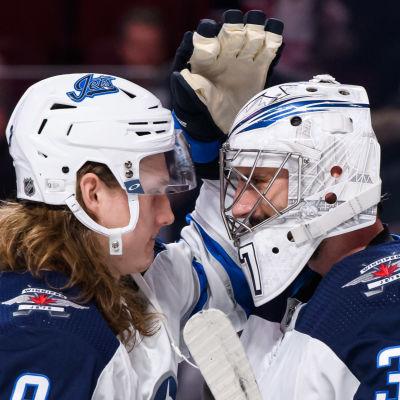 Sami Niku och Connor Hellebuyck firar segern mot Montreal.