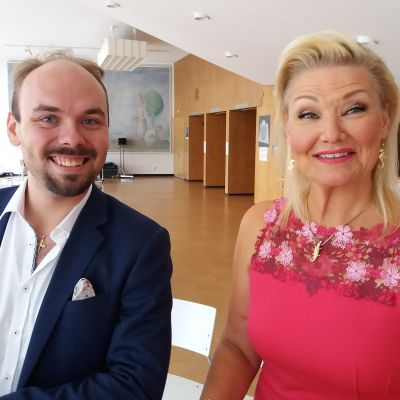Ville Matjejeff ja Karita Mattila hymyilevät kameralle.
