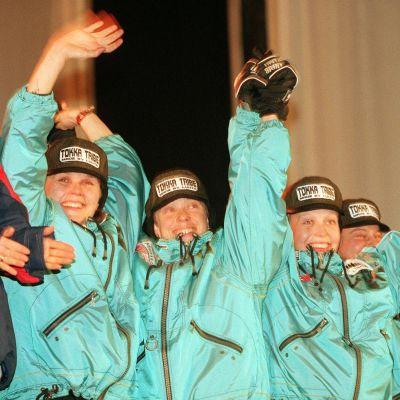 Kati Pulkkinen, Tuulikki Pyykkönen, Riikka Sirviö ja Satu Salonen juhlivat viestipronssia Trondheimin MM-kisoissa.