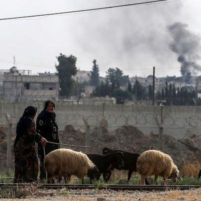 Kvinnor vallar får vid gränsen till Turkiet i Syrien. Bilden är tagen fredagen den 11 oktober.